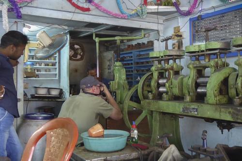 sieradenmakers, ruimte met persen voor onderdelen te maken.